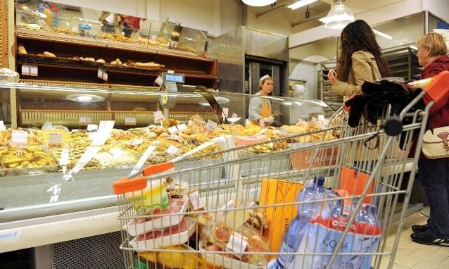 """Francia all'avanguardia, nuova legge vieta lo spreco di cibo nei supermercati: """"Darlo in beneficenza"""""""