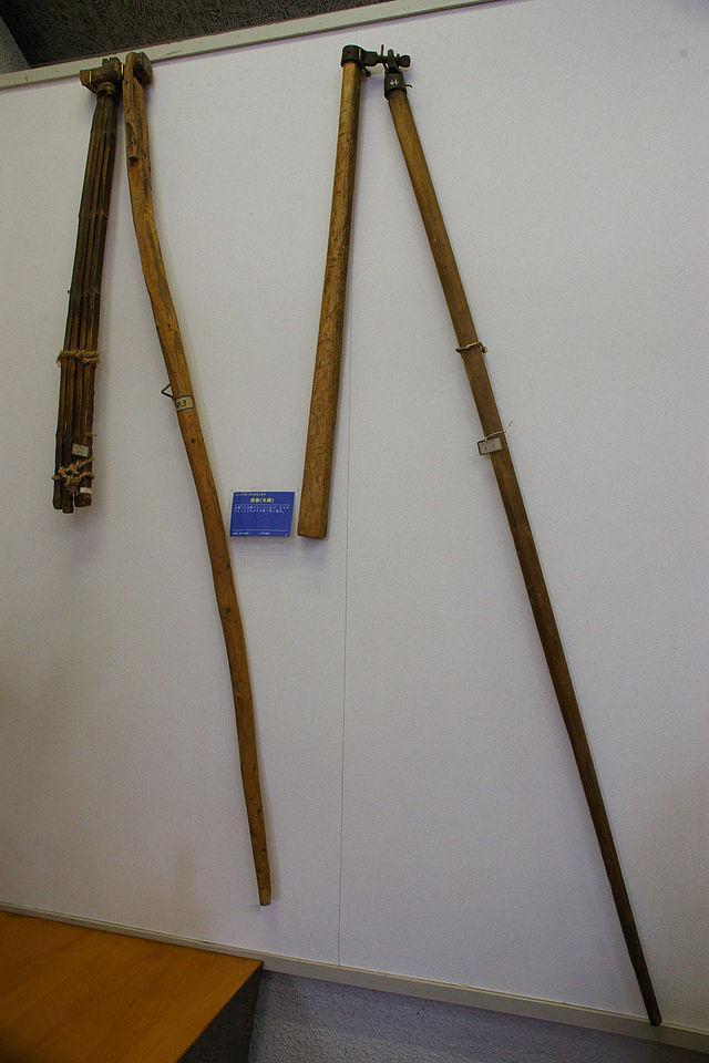 フレイル 棒の先に更に鎖とかでつなげた棒を用意してトルクで攻撃力を増し増しにした打撃武器。構造が簡単だし元々は脱穀用の農具だから農民も簡単に調達できるぞ。打撃武器が甲冑に対し効果的な時代だったので完全武装の騎士も当てれば脱穀()できた