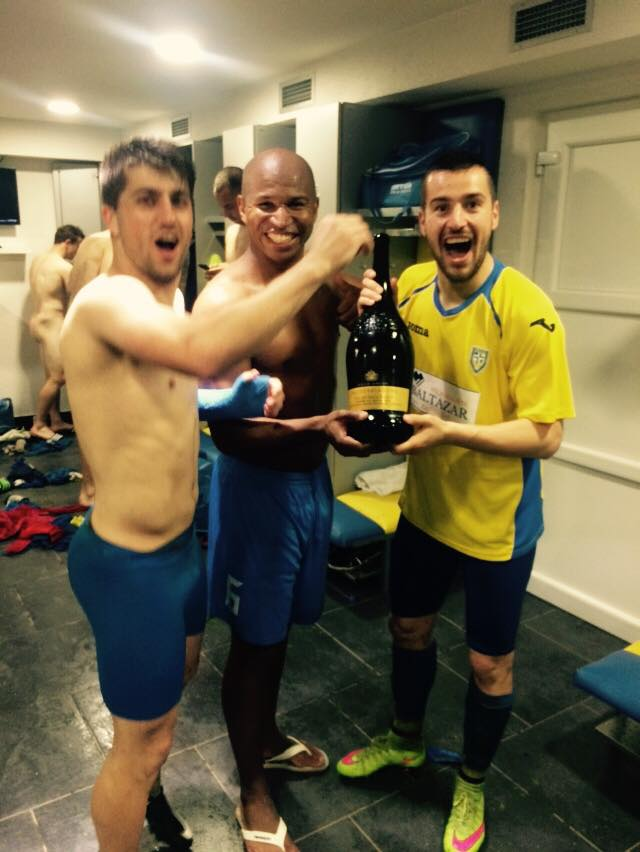 Nestorovski and teammates celebrate promotion