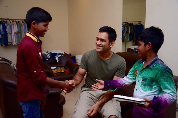 Kaaka Muttai kids met MS Dhoni in Mumbai