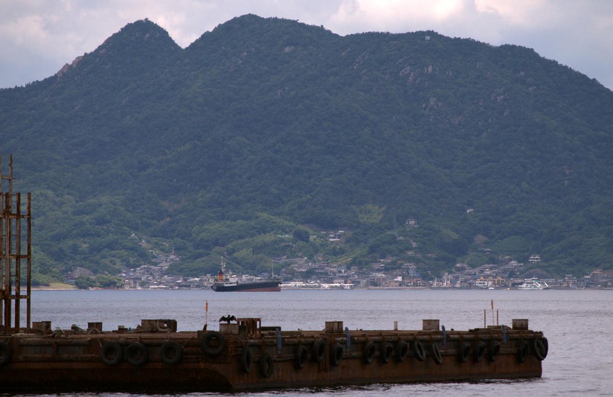 青葉の大破着底地点辺りから撮った古鷹山。右下ら辺に古鷹ちゃん(フェリー)もいるよ! http://t.co/F0gkYH0obc