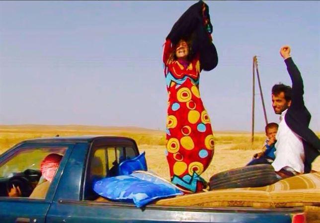 Las mujeres que huyen del Estado Islámico se despojan de sus ropas negras como símbolo de liberación. Qué fotografía! http://t.co/HM3ob1YTFK