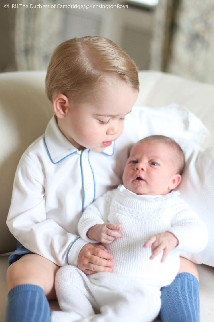 We're delighted to share the first photo of Prince George with his little sister Princess Charlotte http://t.co/lJbWwsqFva