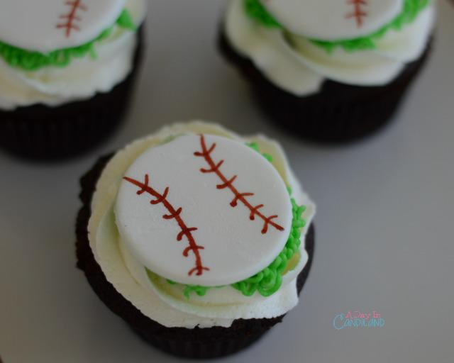 Chocolate Baseball Cupcakes are a great treat for your Little League team via @candilandblogs http://t.co/ofWELv9bNy http://t.co/QOCeghNuYt