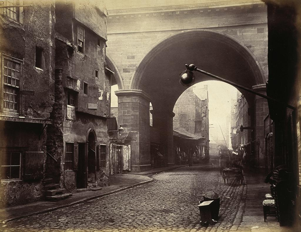 Rare photo of London Bridge by Nancy's steps 1870's. Dickens set this squalid location for her meeting with Brownlow. http://t.co/SW4vFbbw5H