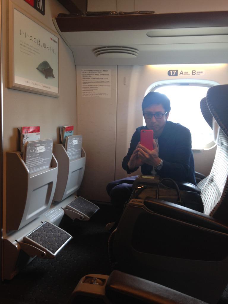 東京行きの新幹線に乗ったら偶然同じ並びの横によく知っている男の子が乗っていましたとさ http://t.co/irNDhZZxtD