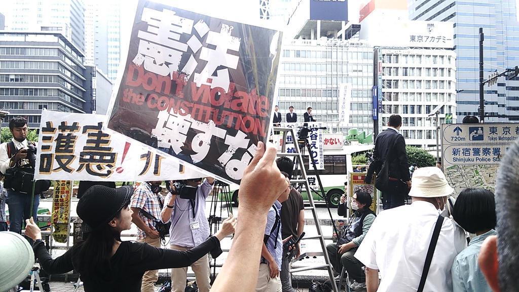 自民党青年部の街頭宣伝(中央奥の宣伝カー)に異議を唱える市民たちが二重三重に集まり、肉声で「戦争反対」などを訴え続ける。完全に圧倒していた。 http://t.co/YCT6QyJOrB