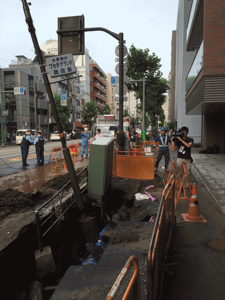 高田馬場で洪水起こってるってきいたので現地いってきたんだけど水ひいたので破裂した水道管みたら地面のアスファルトめくれ上がってマジ水圧ぱねえ http://t.co/GNtlR7ZFQw