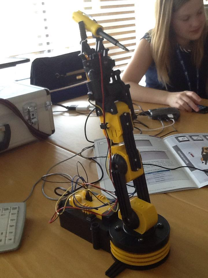 Great fun playing with the robotic arm at etwinning conference #etuk15 http://t.co/e4YzJuzON7