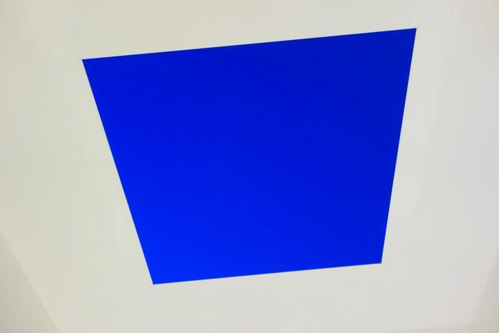 タレルの「空」の作品は神秘の一言。これは夜8時頃に撮った写真。外は夕暮れ時なのに、天井から見える空はイヴ・クラインを想起させる鮮やかなブルーでした。http://t.co/B32EkKmv1Q http://t.co/pOdEFusytc