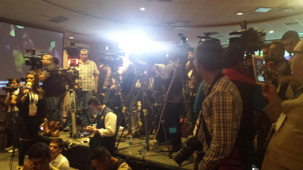 """Toda la prensa local, nacional y extranjera en espera de conferencia de prensa de @JaimeRdzNL . """"El Bronco"""" http://t.co/xBCTlmMarT"""