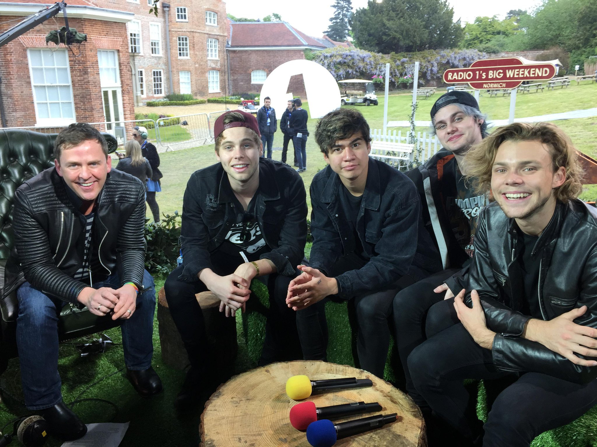 RT @BBCR1: At 3pm today, you'll hear @scott_mills' full #BigWeekend interview with @5SOS http://t.co/48RuyAdouO #5SOSandScott http://t.co/r…