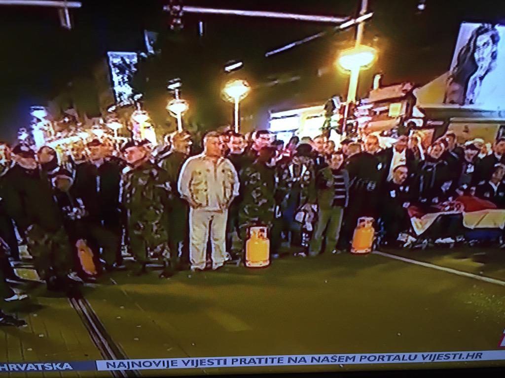 Branitelji u Savskoj iznijeli plinske boce!!! #branitelji http://t.co/xxCFocjOjH