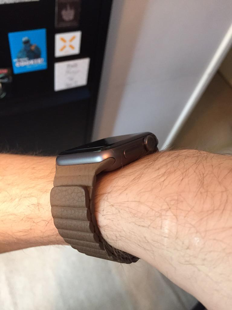 Brown leather loop band arrived for The Watch today. Looks quite classy and feels surprisingly excellent. http://t.co/wyWKnn38G5
