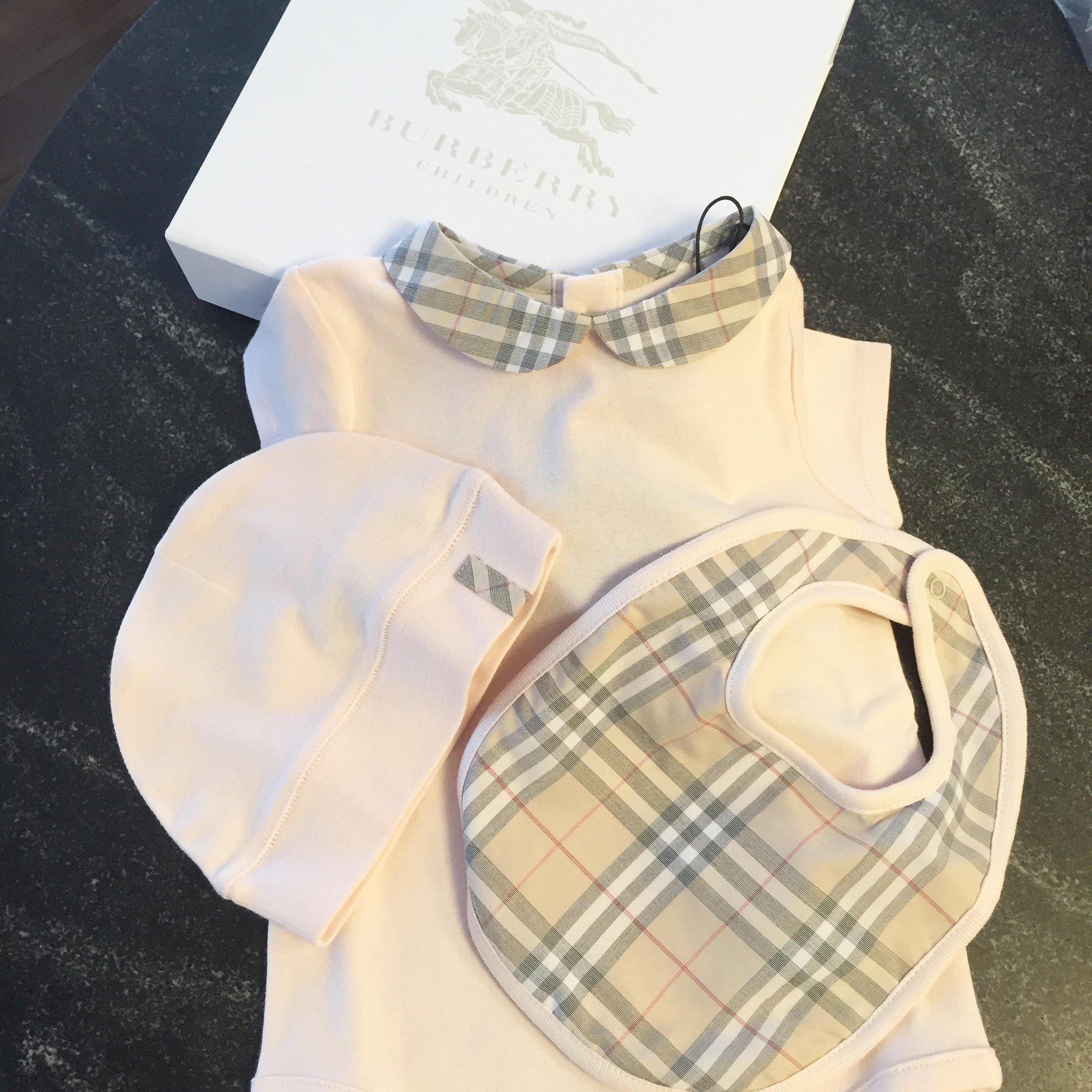 Burberry baby! https://t.co/n64p4bY834 #MiaHilton http://t.co/55YJdv4stT