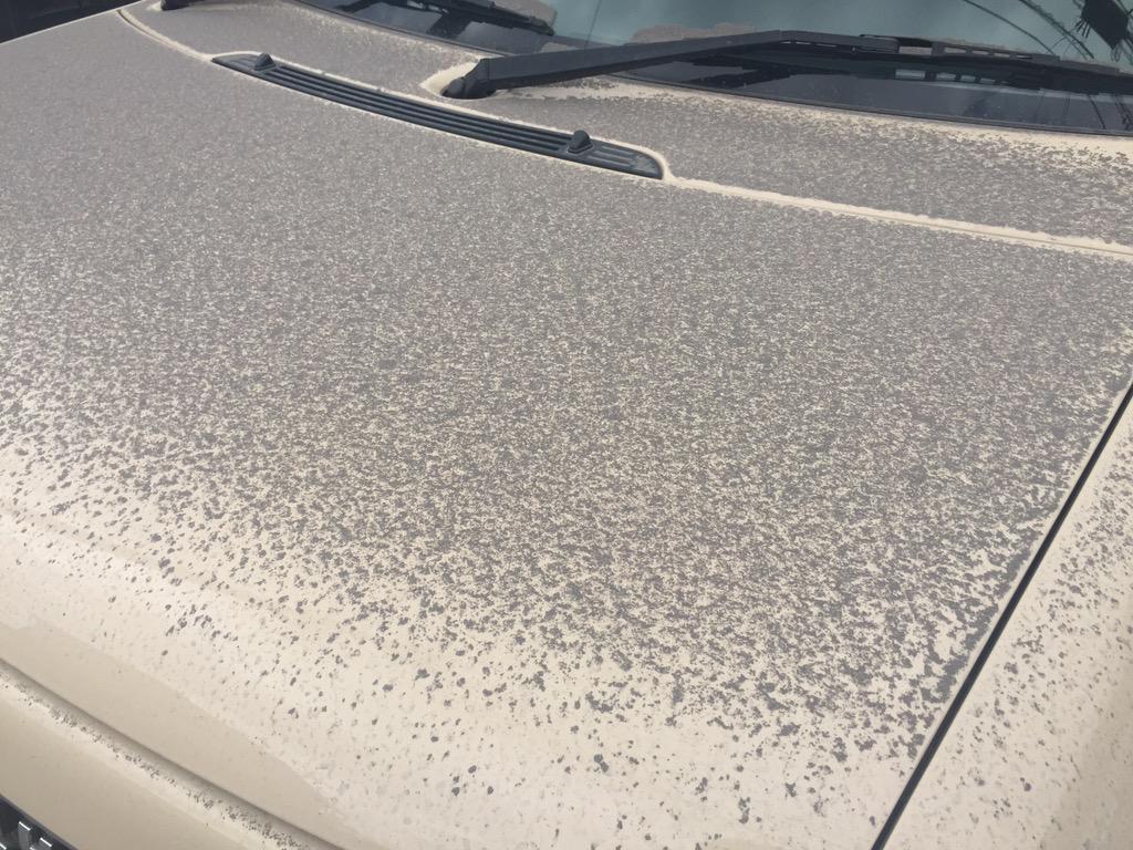 口永良部島が噴火してなんか落ち着かない鹿児島市内は桜島の火山灰が今日はどか灰です pic.twitter.com/UgNf9ZtCqO