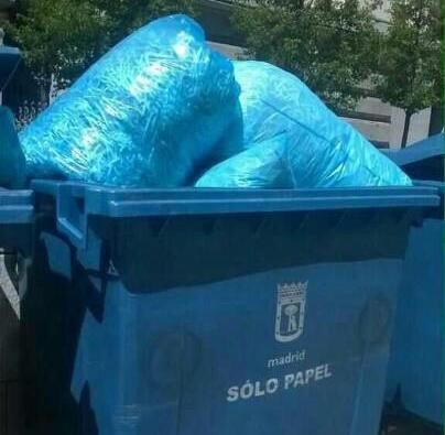 Recordamos:  Papel -> azul Bolsas -> amarillo  Corruptos que destruyen pruebas -> cárcel  #triturandolademocracia http://t.co/f3wNGvRAwc
