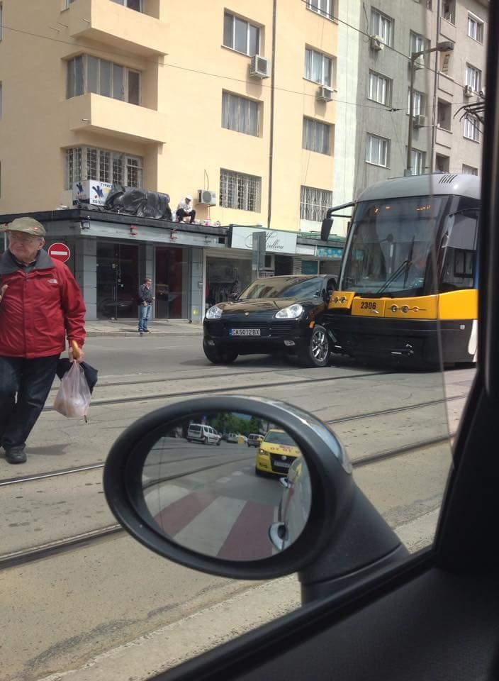 Кайен vs. Нов трамвай - борбата е безмилостна! http://t.co/rjGxABZgCw