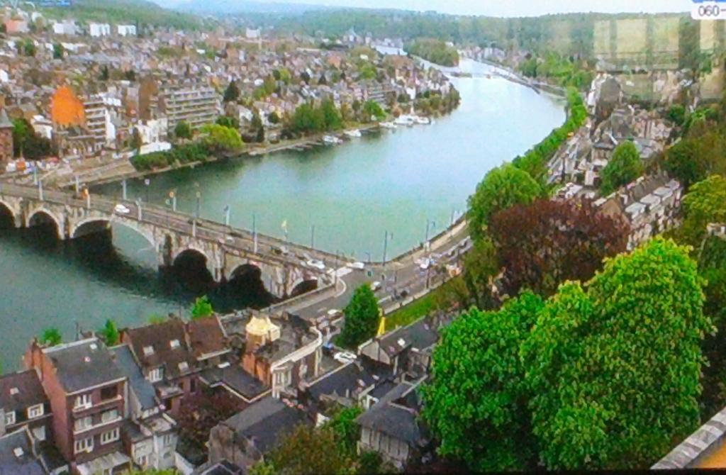 KBS 걸어서 세계속으로 보는데 벨기에 참 예쁜나라 인 것 같다. 함 여행가보고 싶다 http://t.co/7OO218hE1M