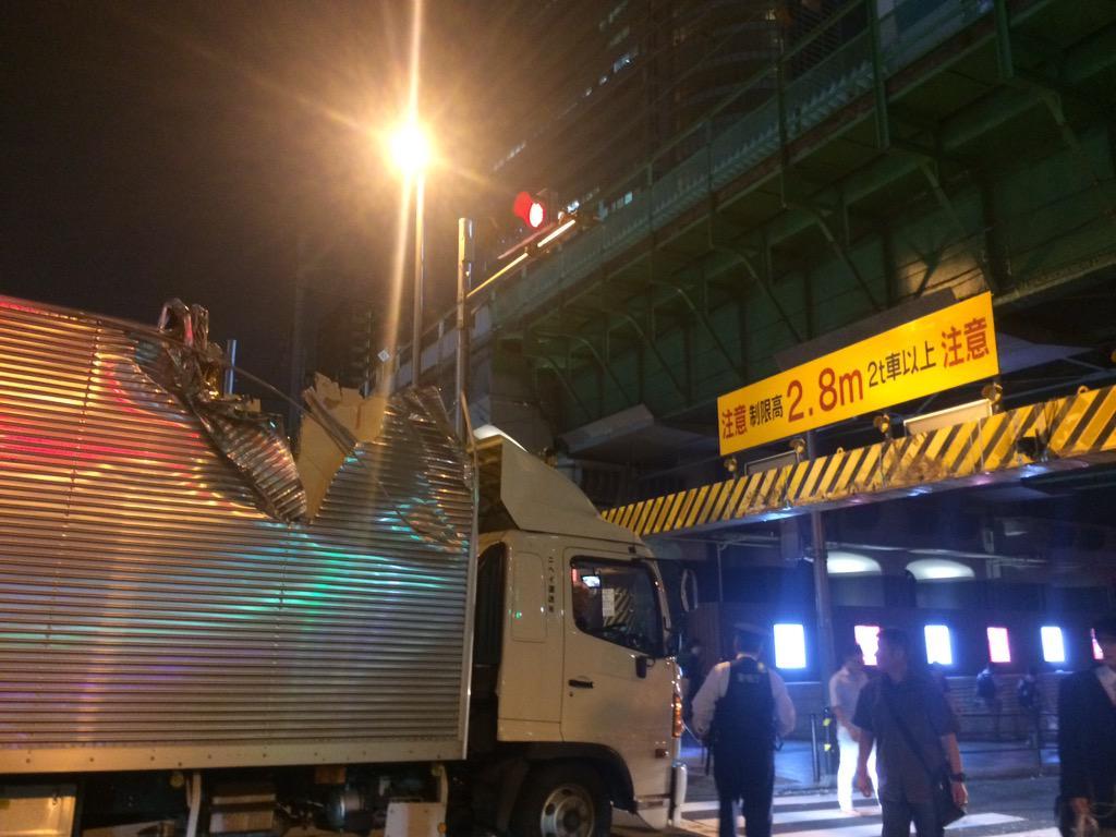 秋葉原駅電気街口で大きな接触音が発生。車高が高いトラックがUDX前のガード2.8mをくぐれず接触したみたいだ。(。-_-。) http://t.co/m546ghaGpM