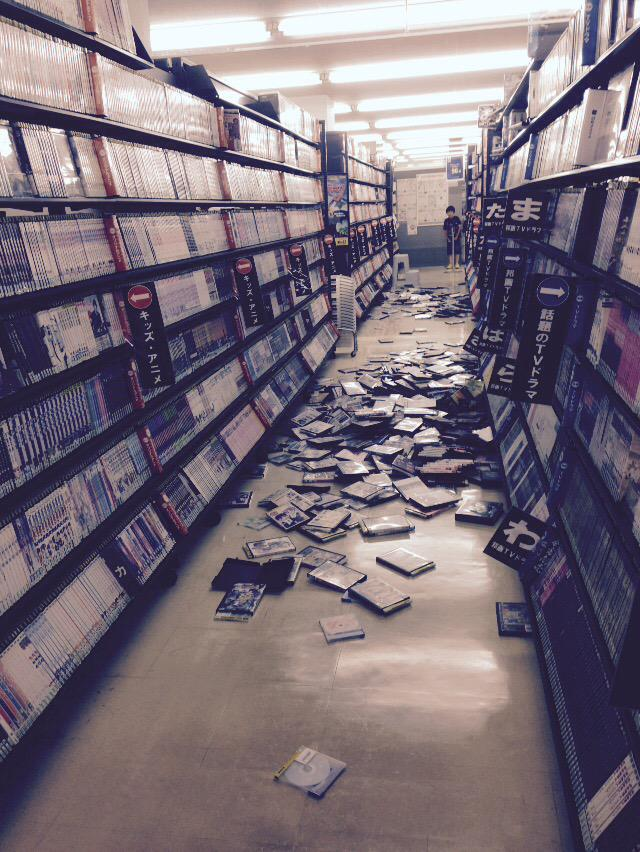 TSUTAYAにいました。レンタルビデオの棚がぐらんぐらん揺れました。Earthquake in Japan http://t.co/GXAjckUDZ9
