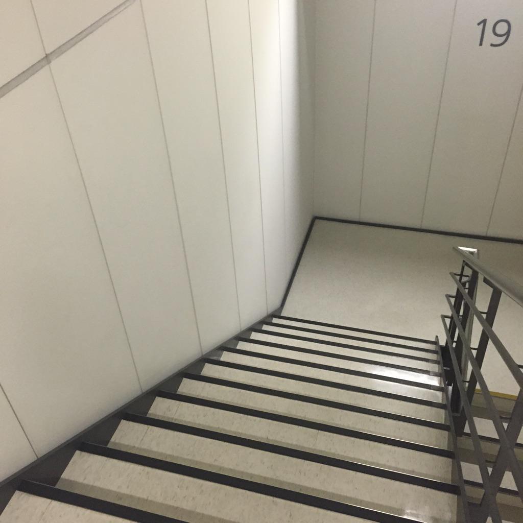 エレベーターが全停止したので、丸ビルの階段をひたすら降りている http://t.co/qSavFpKxfP