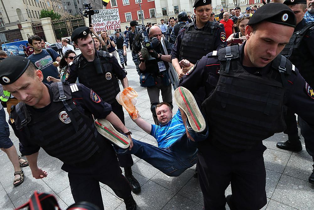 На гей-параде в Москве произошла потасовка, есть задержанные - Цензор.НЕТ 4402