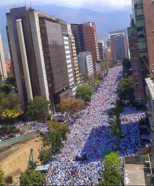 #30M Desde las Alturas, Av Francisco de Miranda, Caracas #30MVenezuelaHora0 http://t.co/hzMnVbDxrH (Vía @JG_Reports)