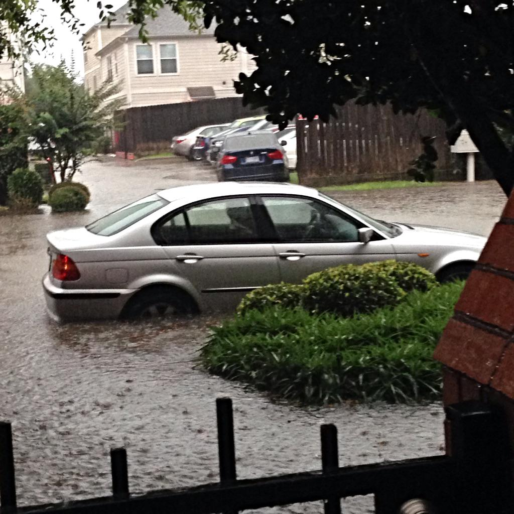 This can't be good. #floodwaters in #midtown #abc13eyewitness http://t.co/eT5cGeV89m