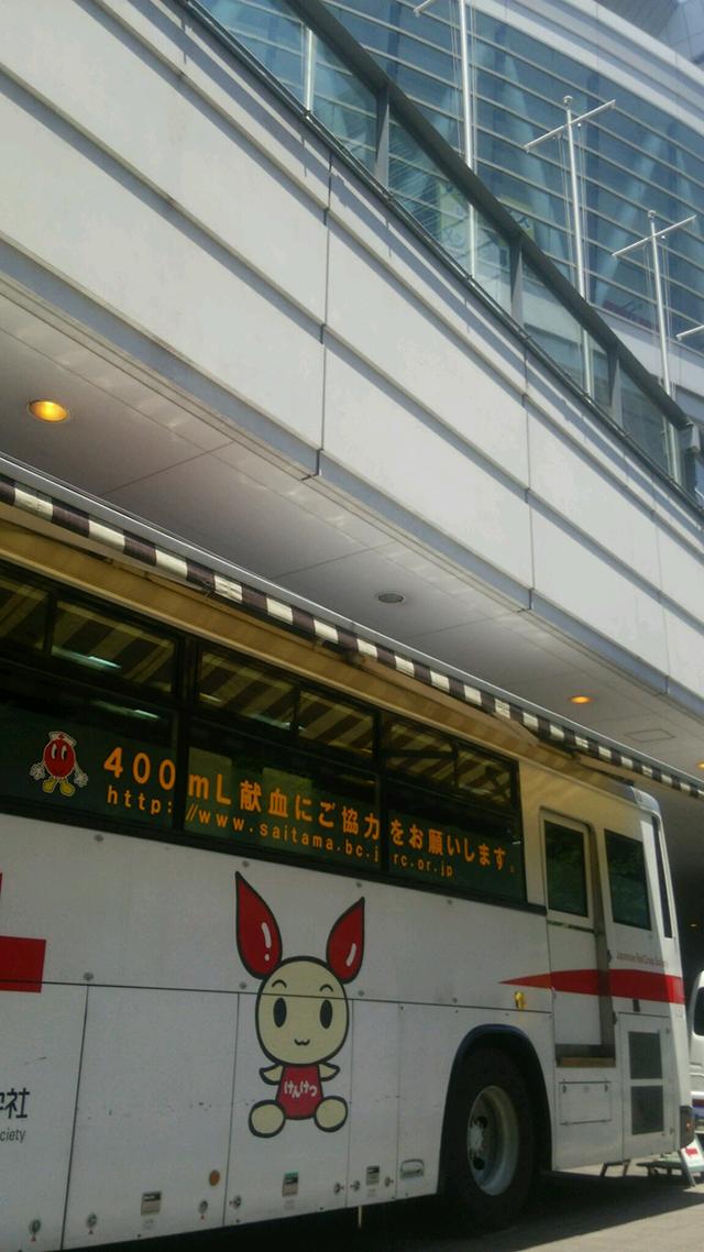 会場横の献血車はVAMPSと関係ありません  Blood donation vehicle parked outside the venue has nothing to do with VAMPS  by HYDE