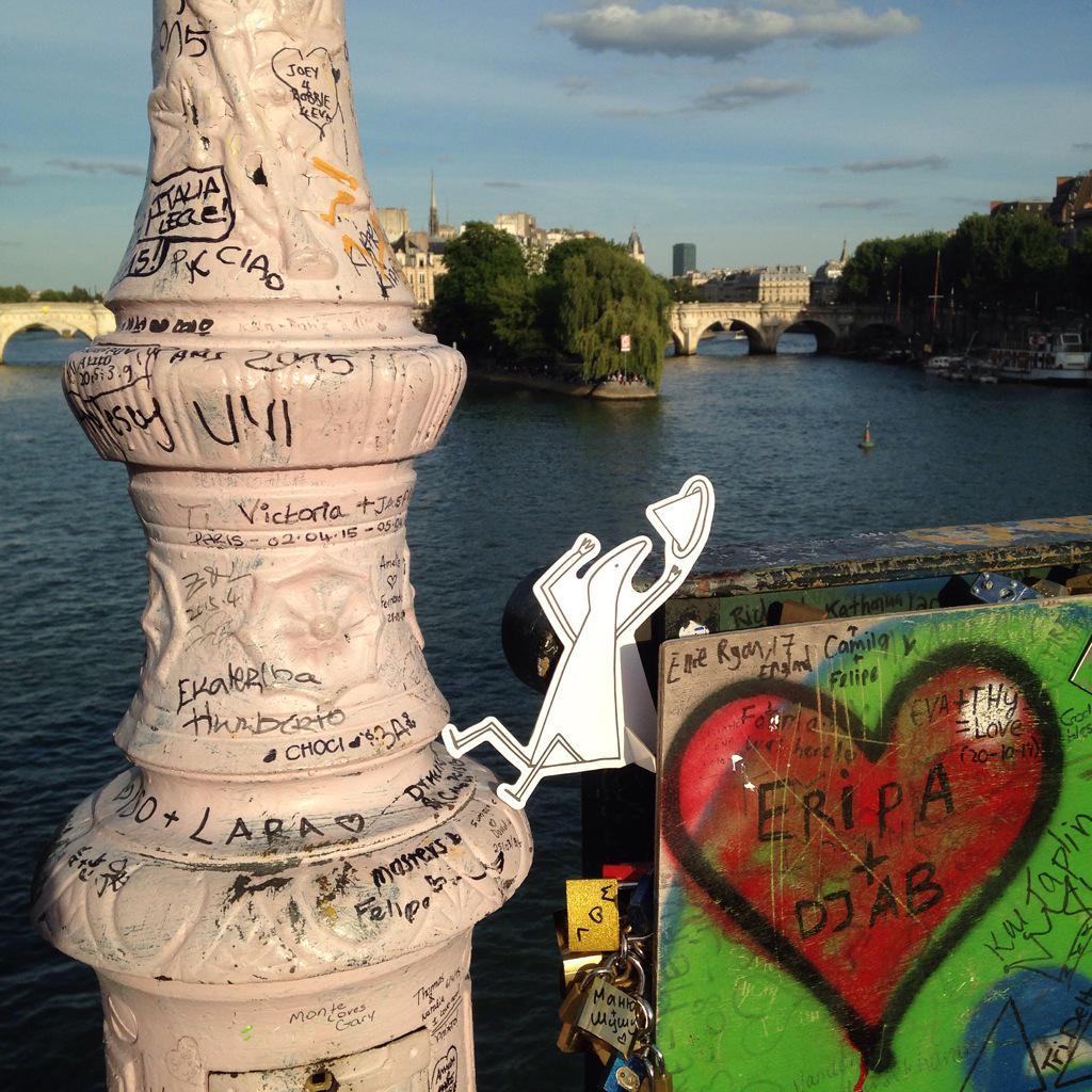 Sur le Pond Des Arts la fin d'une tradition l'amour sceller par de cadenas avec le personnage de la gamme #Davines http://t.co/VP48F7aJcA