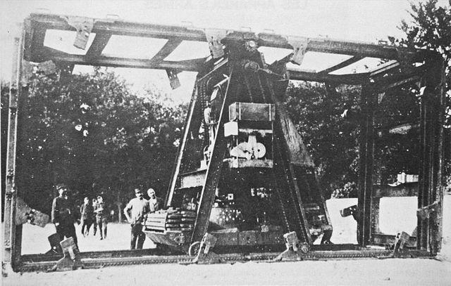 ボワリョーマシン(フランス) フランスの初期の戦車開発で生まれてしまった遊具。ボワリョー博士の機械ってことで正式な名前はない。 画像見ればわかるが、直進しかできず曲がれない。最高時速は2キロ。 え?それ戦車って言っていいの?