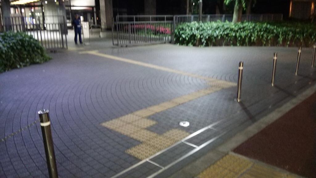経産省本館前。奥の門扉と歩道の間に、このようなマージナルな空間があります。もちろん柵の外側です。この空間に一時的に入っただけの3人の市民を、10日以上勾留することが妥当か否か、自明ですよね。今は3人への人権侵害を問題化すべき局面です。 http://t.co/YGCdy2aPGt