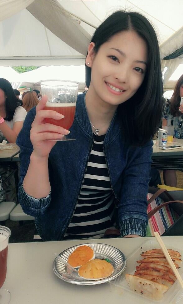 ビールを片手に微笑む岩瀬佑美子