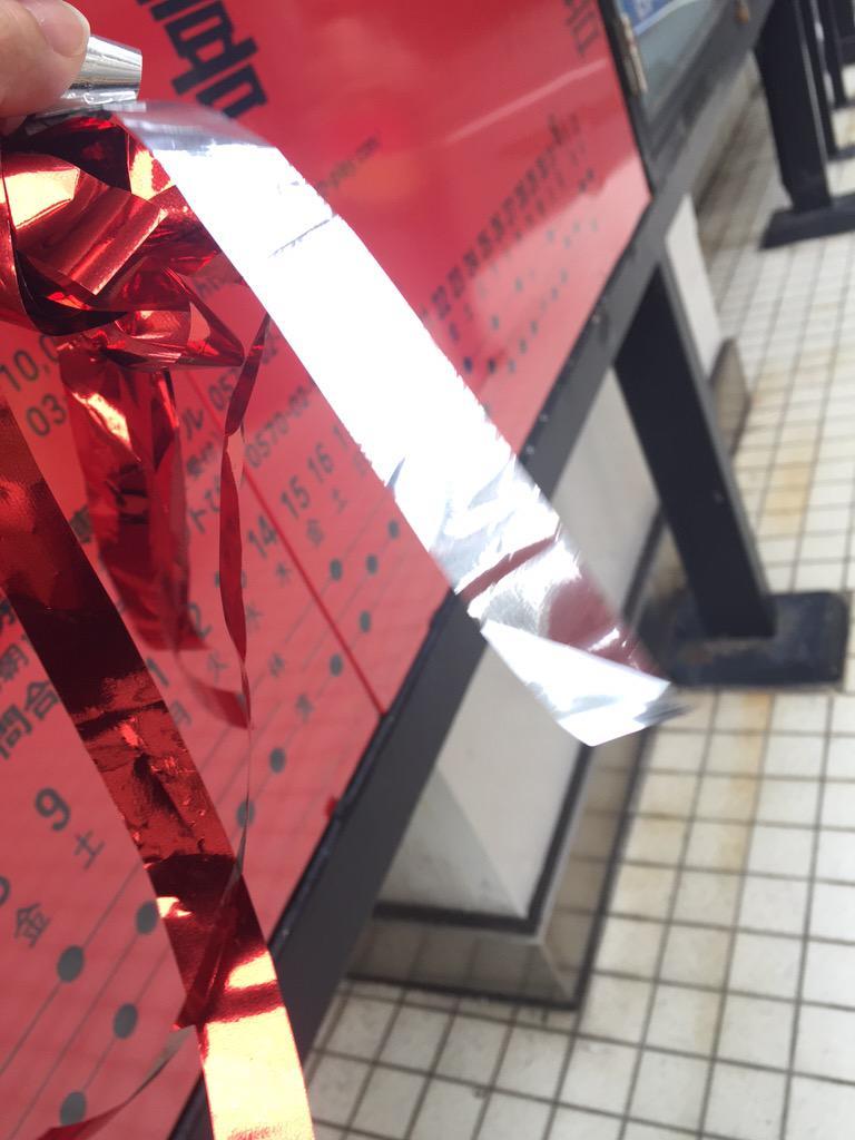 歌のラストで赤と銀のテープが放たれました。こんなやつ http://t.co/7RzSBAxlFB