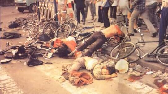 89年6月4日清晨,坦克第1师三辆坦克在团长罗刚率领下,在新华门附近六部口从背后追轧从广场撤离的学生队伍,导致11人死亡,许多人伤残。#图说八九六四 http://t.co/RUcSaoARZ2