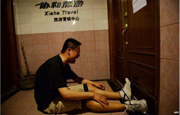양쯔강 여객선 사고 희생자 가족이 여행사 앞에서 울부짖고 있다. 낯설지가 않아 가슴이 더 아린다. 안타깝다. 안전은 결국 비용이다. 여행사는 관광객 감소를 비용 삭감으로 충당해왔다. http://t.co/P22zCiQ921