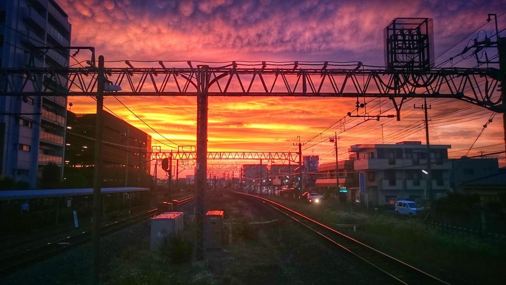 夕焼け綺麗 スマホカメラも優秀だなぁ pic.twitter.com/qgmrwDH2wb