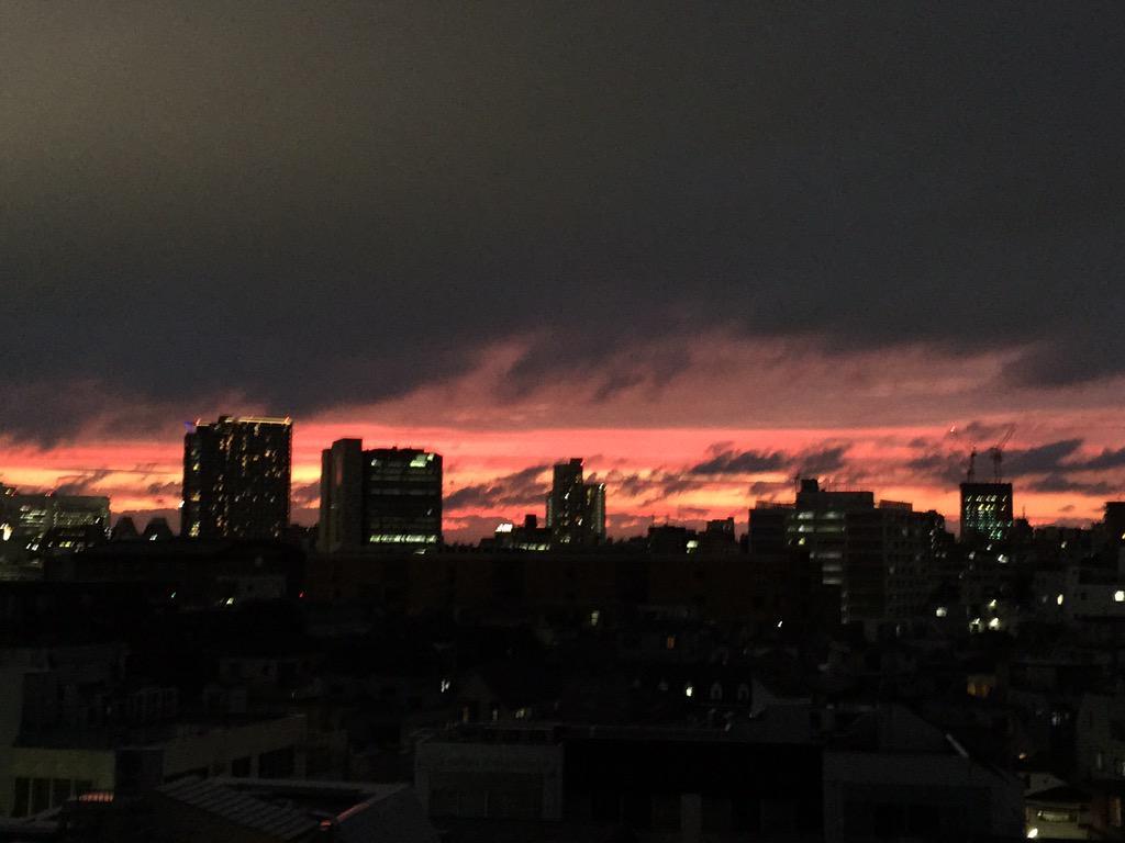東京が燃えてる様な夕焼け( ´ ▽ ` )ノ http://t.co/4GgxA06cZm