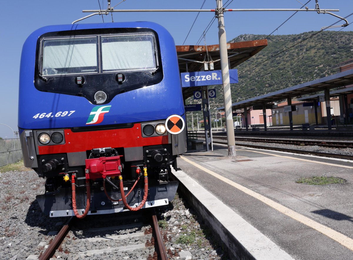 A Sezze: nuovo treno per pendolari su linea Roma-Latina-Formia. 16esimo dei 26 che compriamo per trasporti migliori http://t.co/XQei2kFESY