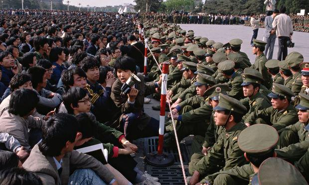 #OnThisDay in 1989 China's gov authorizes troops to begin crackdown of Tiananmen Square protests. #coldwarhist http://t.co/K2H9JmHAwh
