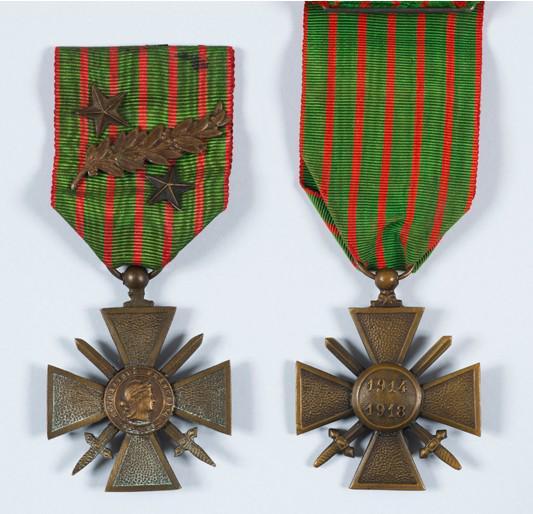 #1GM #ChallengeAZ1418 C comme Croix de Guerre (Loi du 8 avril 1915, via @AssembleeNat) http://t.co/BbXJ9bLXJz http://t.co/xpDoYrZR0Y