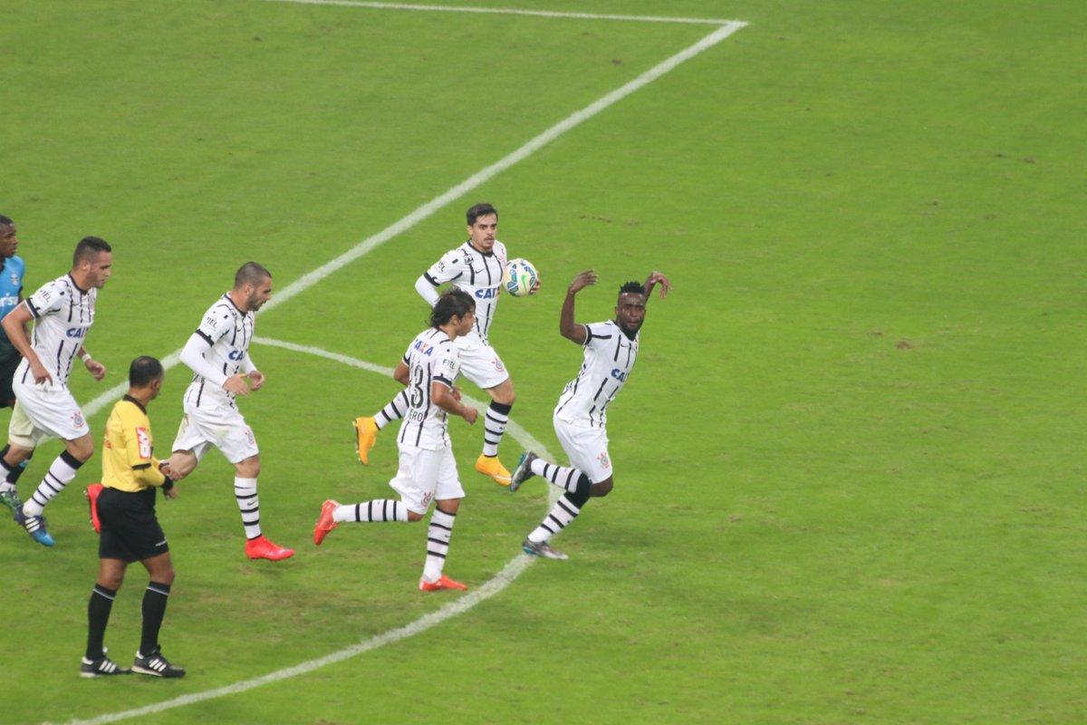 eduardo moura  dado mouraMendoza desconta para o Corinthians. Comemora a4a012e76edfb