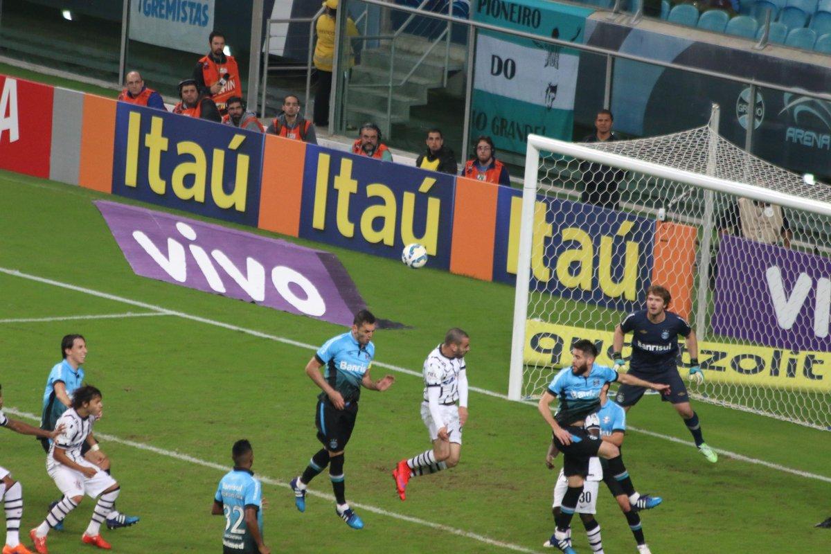 eduardo moura  dado mouraCorinthians em cima neste segundo tempo - Bruno  Henrique desviou errado. Grêmio espera para contra-atacar  trarenagre 0ec4d892d7ce9