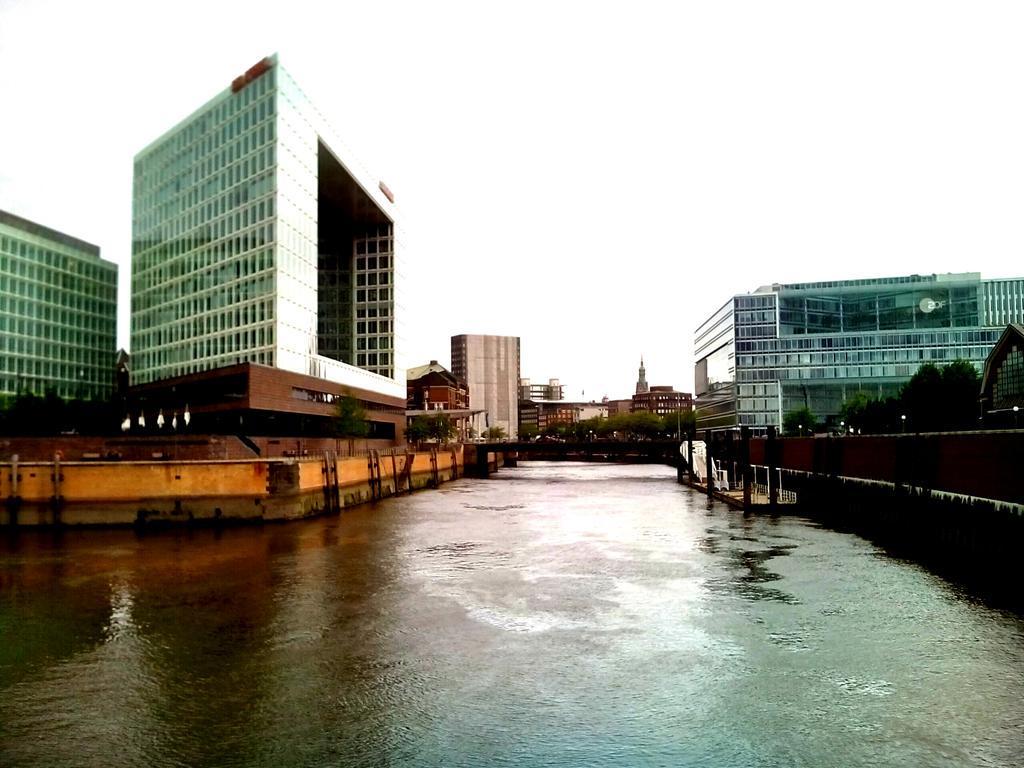 Acqua, cemento e mattoni rossi. @falagia è ad Amburgo. #minubetrip #germaniadelnord http://t.co/UOOzfAePxp