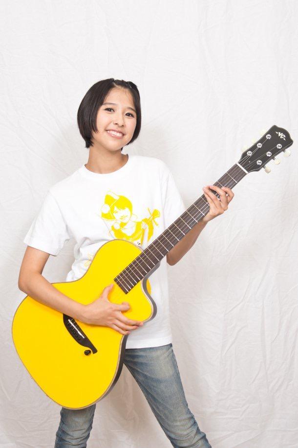 ギターを持つ玉井詩織