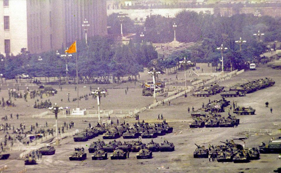 #OnThisDay in 1989 Tiananmen Massacre occurs. Troops, tanks storm square, kill hundreds of protesters. #coldwarhist http://t.co/lt8EpMHNv5
