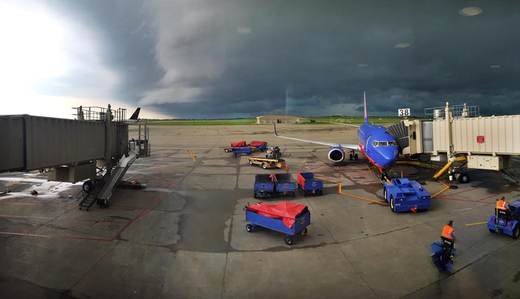 My current view @KCIAirport in the @SouthwestAir terminal. #kcwx cc: @kmbc @KMBZradio @KrisKetzKMBC @NickBenderKMBC http://t.co/nQvcMik8Kw