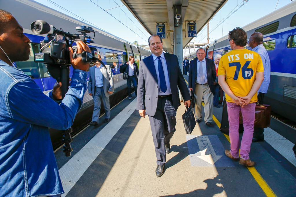 .@jccambadelis est arrivé à Poitiers pour le #CongresPS en train.. pas comme certains qui s'offrent des jets à 3200€! http://t.co/SptdK6587d
