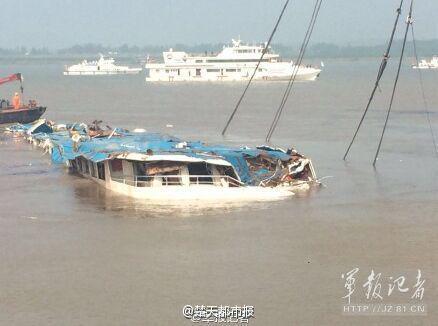 【長江転覆船】 逆さだった船、無事180度回転して通常の姿勢に